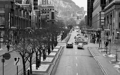 Rue MgGill et le Mont-Royal en arrière